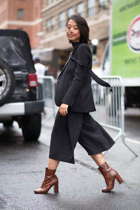 Street style - czarne spodnie culottes i marynarka plus brązowe botki na słupku