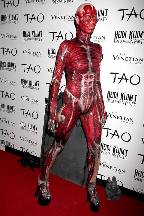 Niemiecka modelka Klum jako człowiek bez skóry - kostium na Halloween
