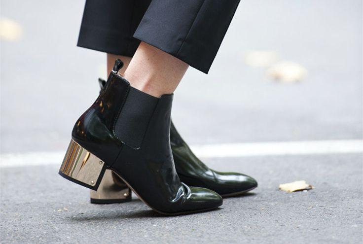 Modne krótkie czarne botki na słupku z metalicznym akcentem