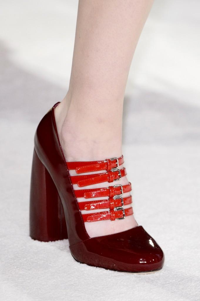 Czerwone czółenka z klamerkami w stylu Dolce&Gabbana