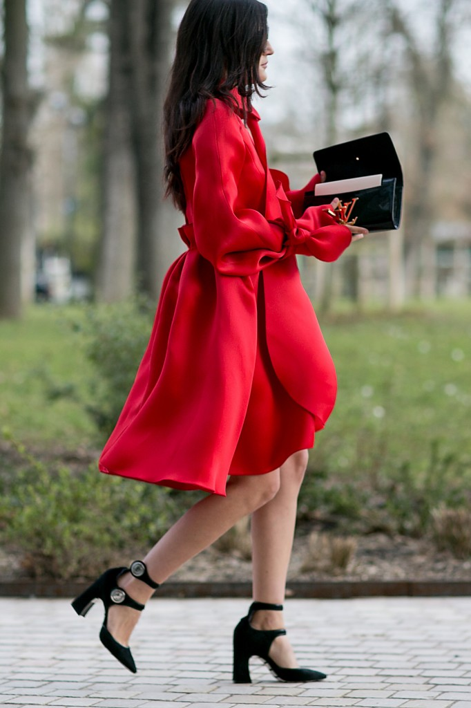 Street style - czarne czółenka plus czerwony płaszcz