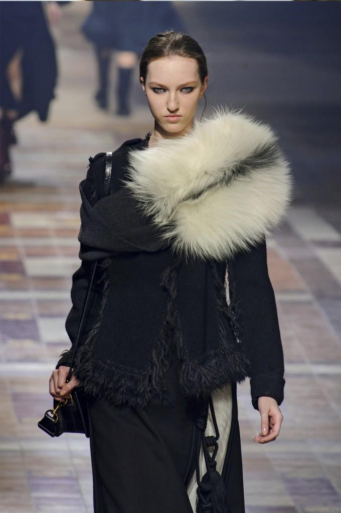 Moda z wybiegu - jasne futro od Jasona Wu