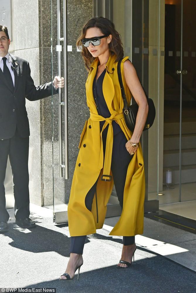 Czarny prosty look z żółtą kamizelką maxi