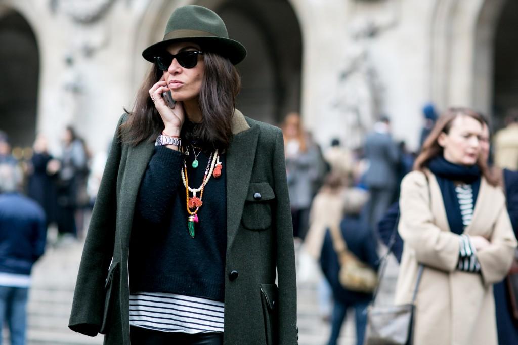 Paryska moda uliczna - kapelusz i marynarka w kolorze khaki