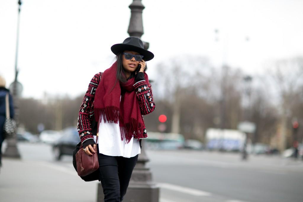 Czarny kapelusz w jesiennej stylizacji