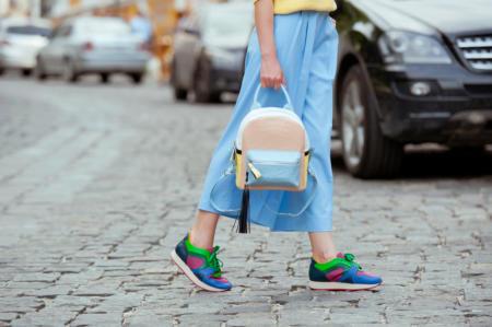 Niebieskie spodnie culottes ze sneakersami