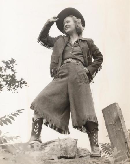 Niegdyś spodnie z szeroką nogawką nosili jedynie mężczyźni, m.in szlachta. W XIX nastąpił przełom związany z dążeniem kobiet do uzyskania praw na równi z mężczyznami.