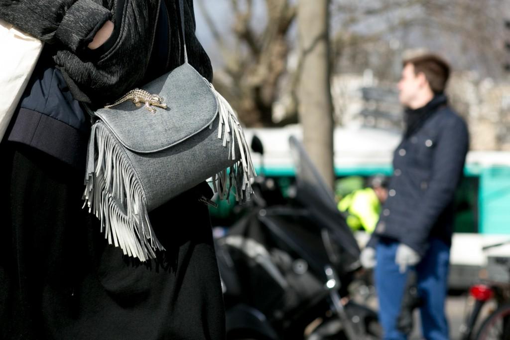 Modna torebka z frędzlami - street style