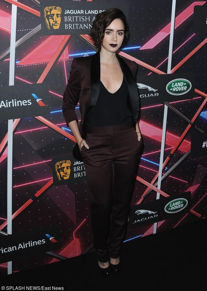 Burgundowy, mroczny look Lily Collins