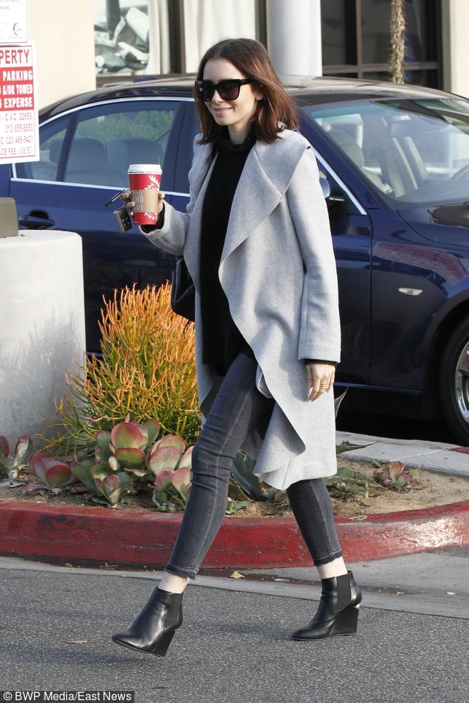 Stylowy uliczny look - botki, szary płaszcz i okulary przeciwsłoneczne