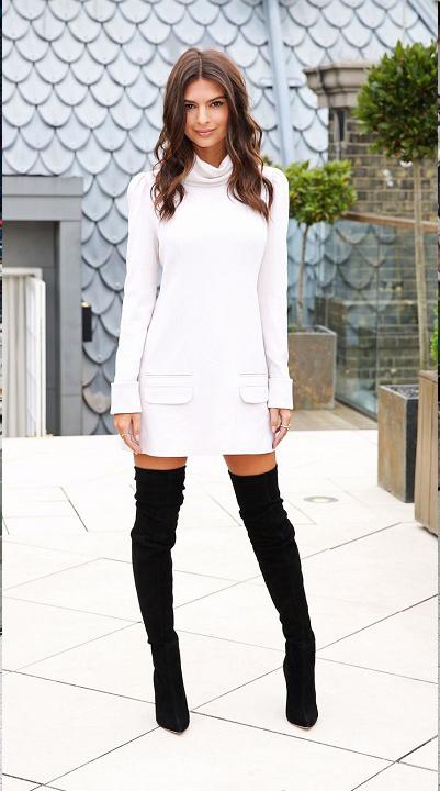 Biała sukienka plus długie czarne kozaki w wydaniu modelki