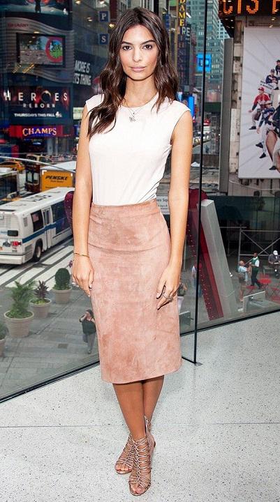 Stylizacja Emily - pudrowa spódnica midi i biały top