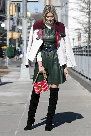 Sukienka plus najmodniejszy model wysokich kozaków - czarny zamsz