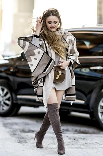Kristina Bazan na New York FW w szarych overknees