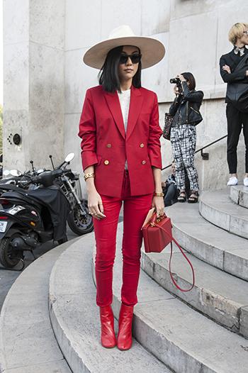 Marynarka damska w kolorze czerwonym i czerwone spodnie to oryginalne i odważne połączenie