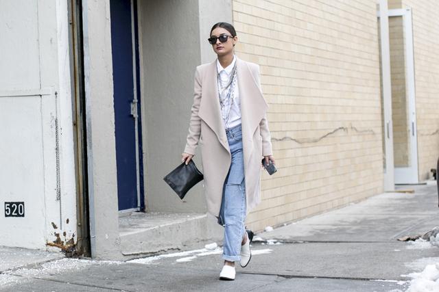Pastelowy jasny płaszcz street style