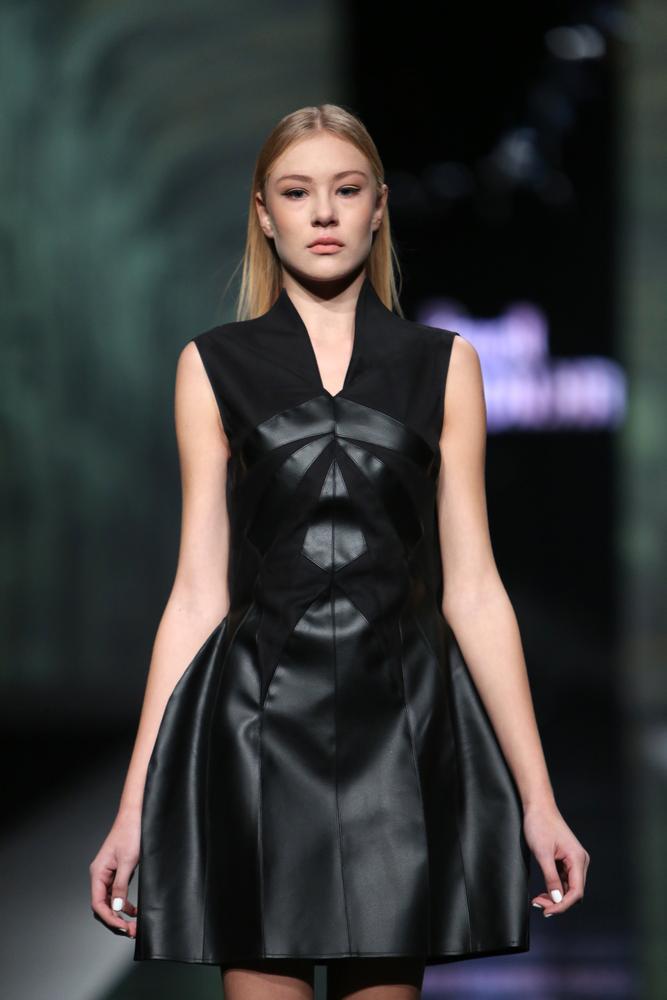 Czarna skórzana sukienka na zabawę Andrzejkową