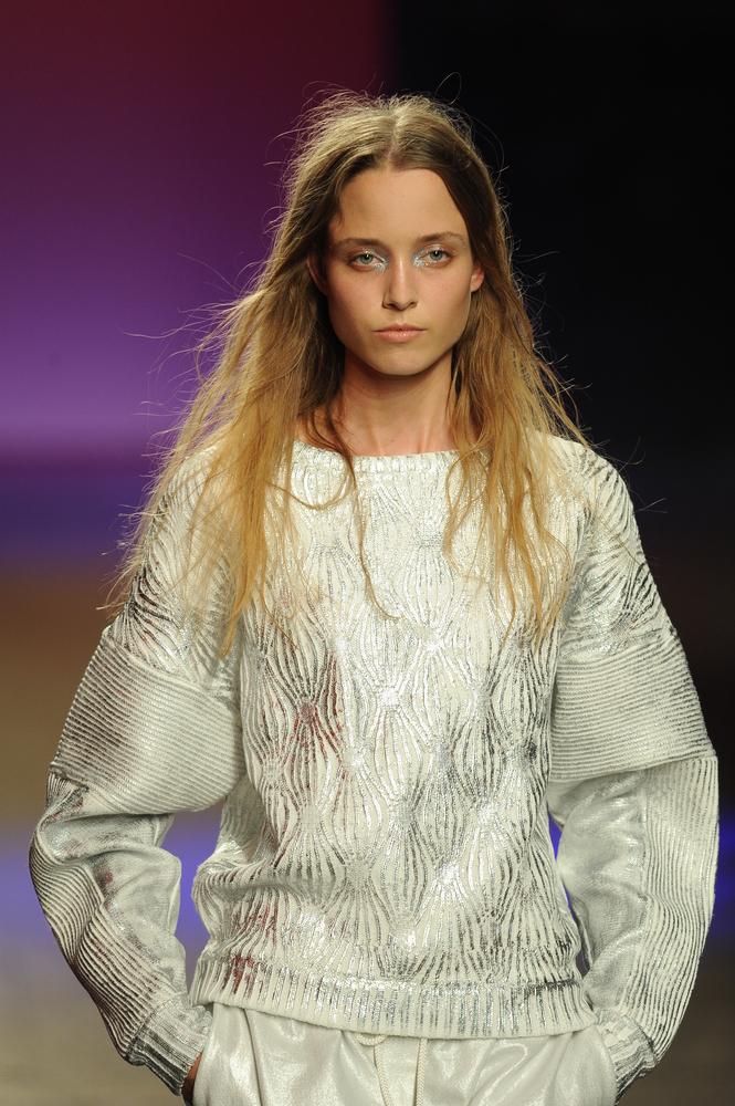 Oryginalny sweter oversize z metalicznymi wstawkami