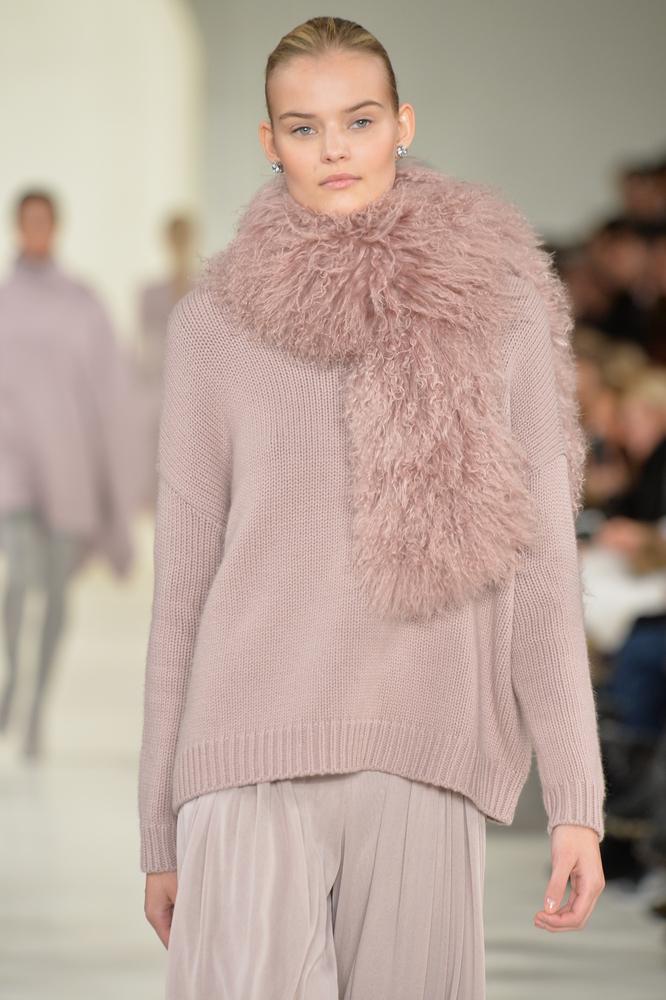 Luźny sweter w pastelowym kolorze