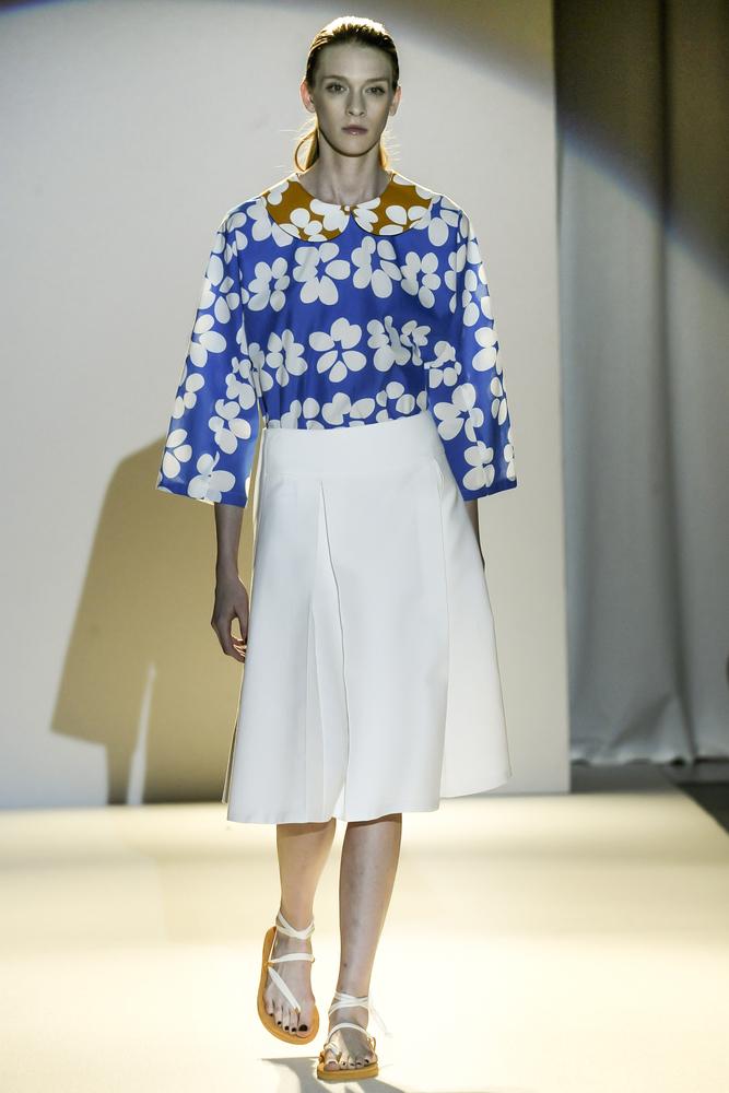 Moda z wybiegu - biała spódnica midi