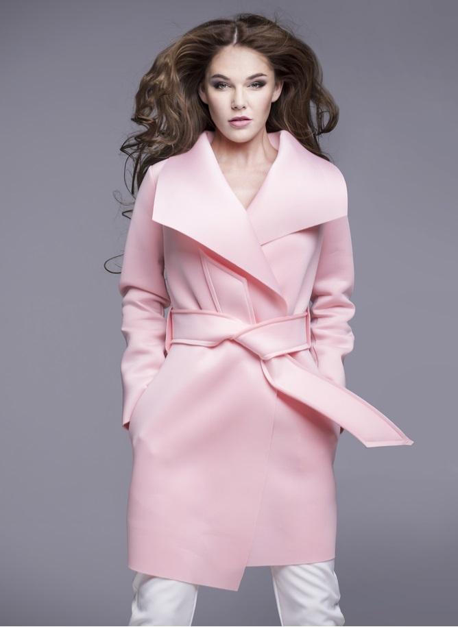 Pudrowy płaszcz jako główny element outfitu