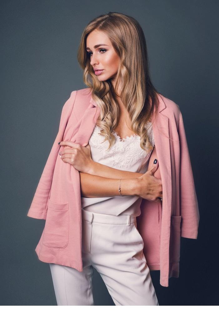 Biały total look plus różowy płaszcz