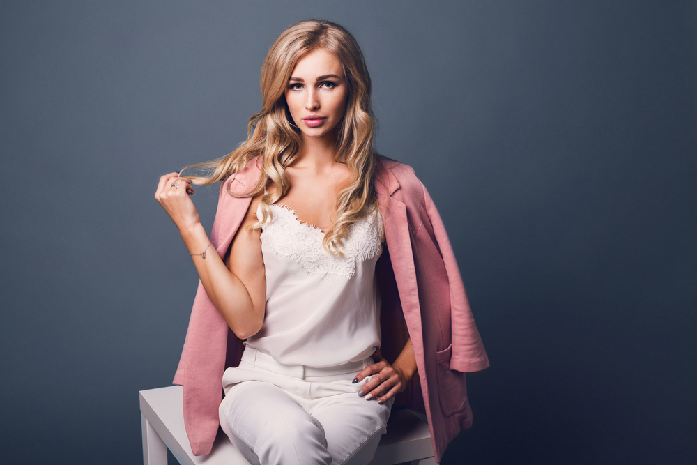 Dla blondynki - pastelowy płaszcz w kolorze pink