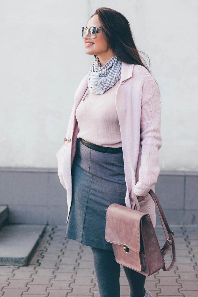 Skórzany plecak vintage przełamuje cukierkowy, pastelowy płaszcz