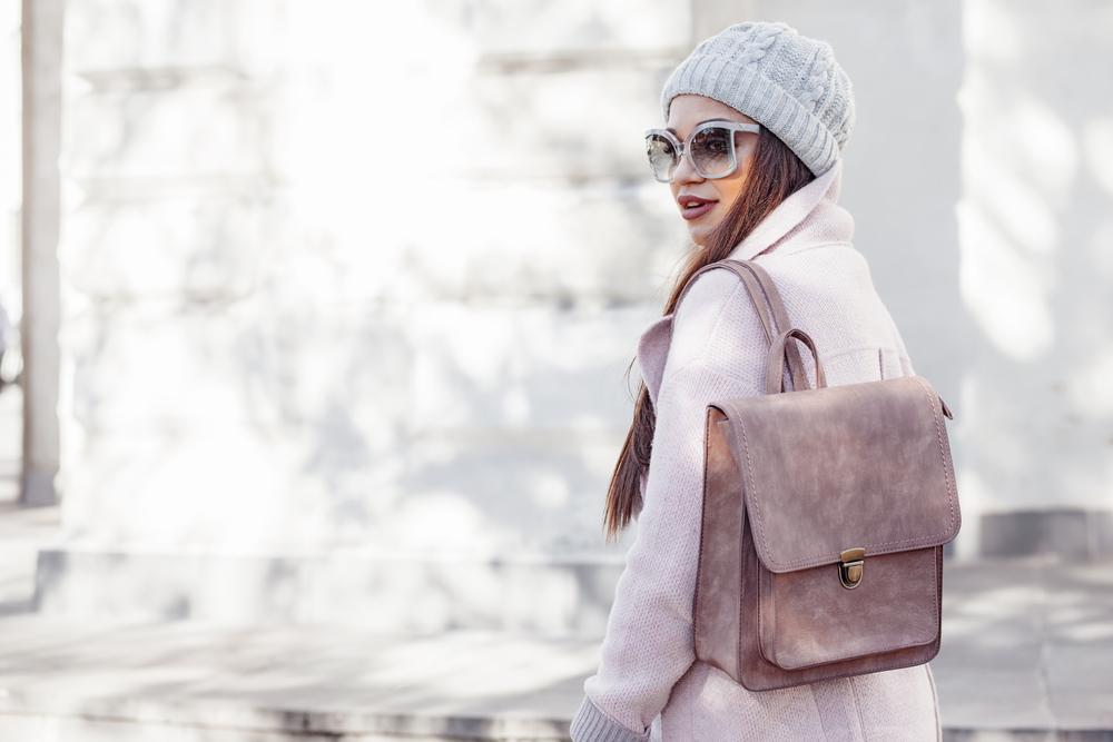 Pastelowy lawendowy płaszcz dla brunetki