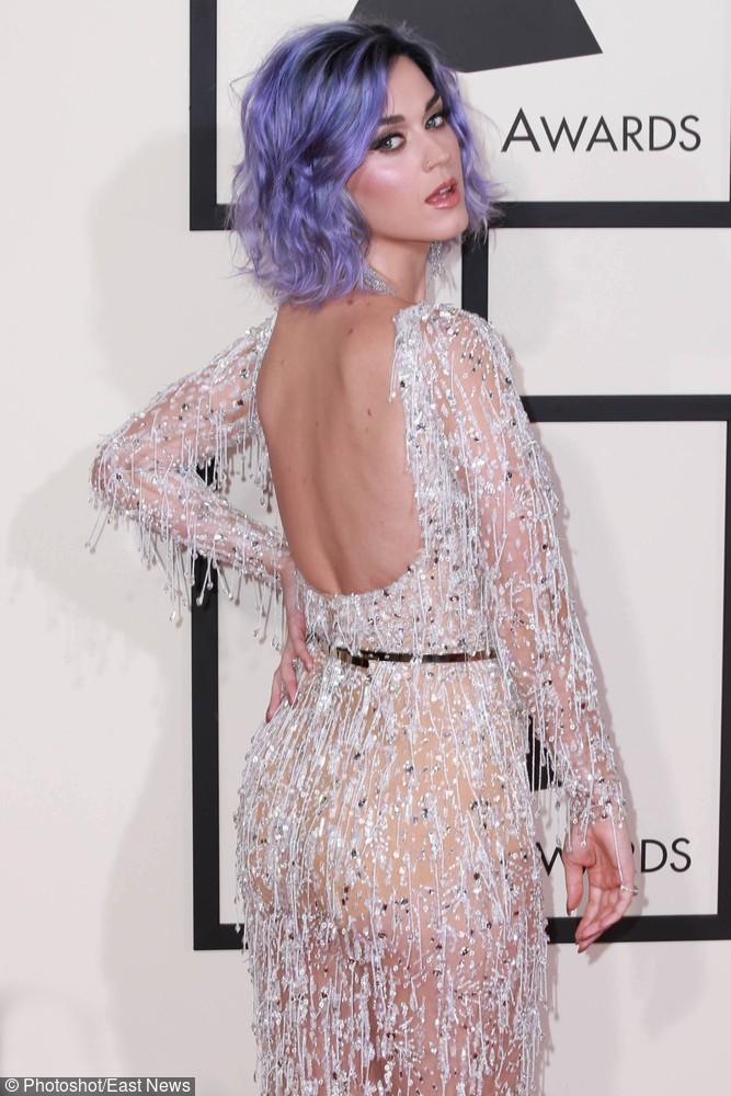 Seksownie wycięte plecy i fioletowe włosy przyciągnęły spojrzenia publiczności!