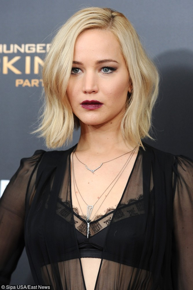 Jennifer Lawrence w vampy looku - bordowa szminka plus czarna koronka