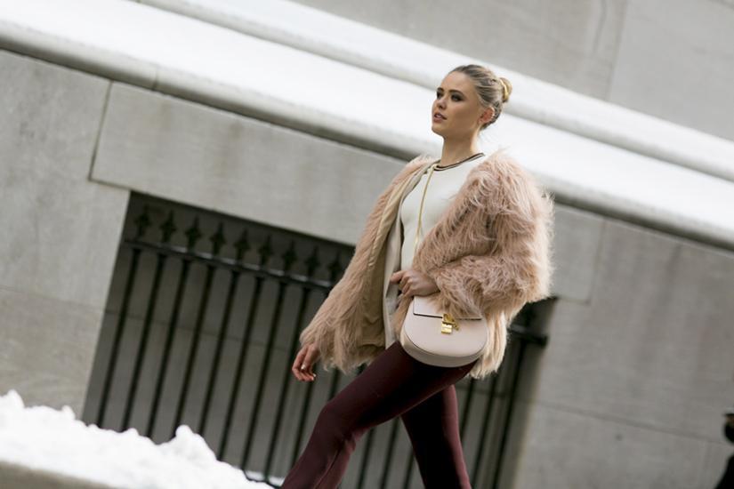 Modne jasne kremowe zimowe futerko