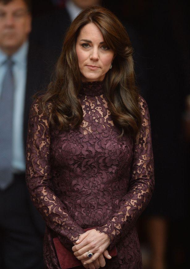 Księżna Kate w koronkowej burgundowej sukience