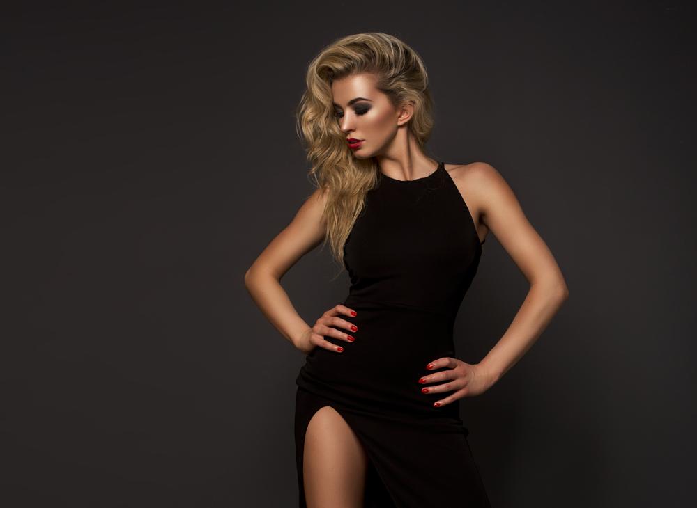 Czarna sukienka maxi plus rozświetlona twarz i czerwona szminka to klasyczne i seksowne połączenie