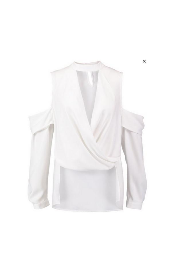 Biała bluzka z wycięciami i dekoltem w kształcie V