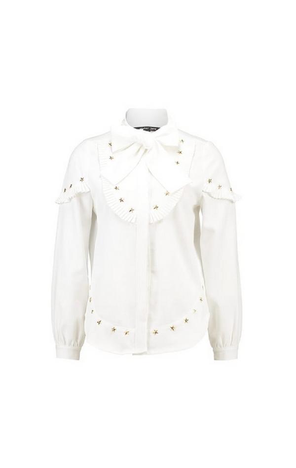 Biała koszula wiązana pod szyją