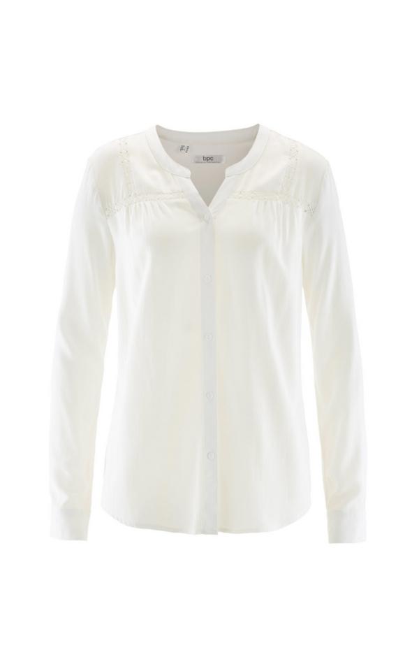 Biała koszula z dekoltem w kształcie litery V