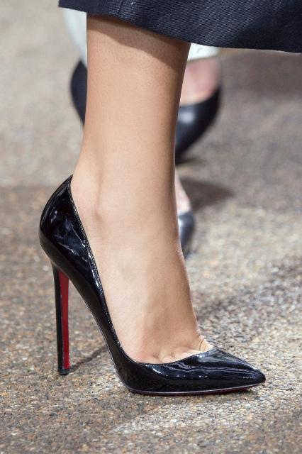 Czarne lakierowane szpilki to buty, które powinna posiadać każda kobieta