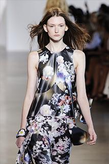 Sukienka w modny tej wiosny kwiecisty wzór projektu Calvin Klein