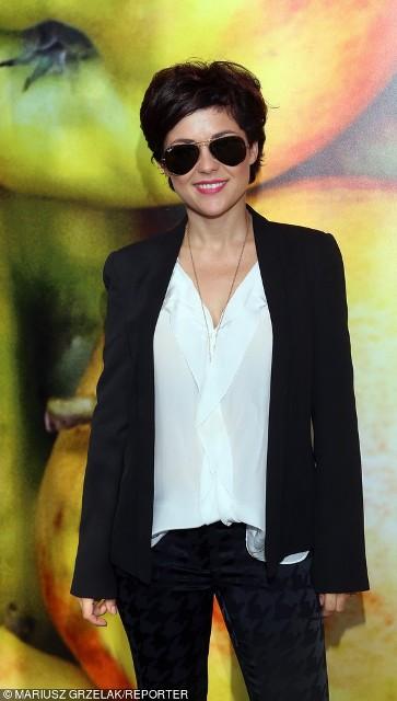 Katarzyna Cichopek postawiła na klasykę i do białej koszuli założyła czarną marynarkę oraz czarne spodnie- idealny zestaw do biura
