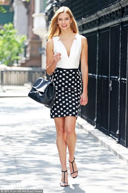 Biała bluzka z dekoltem, a do tego spódnica ołówkowa to świetne zestawienie do biura