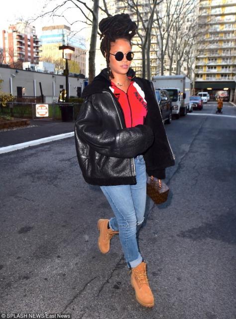 Rihanna zdecydowała się założyć do swoich traperów jeansy oraz czarną skórzaną kurtkę