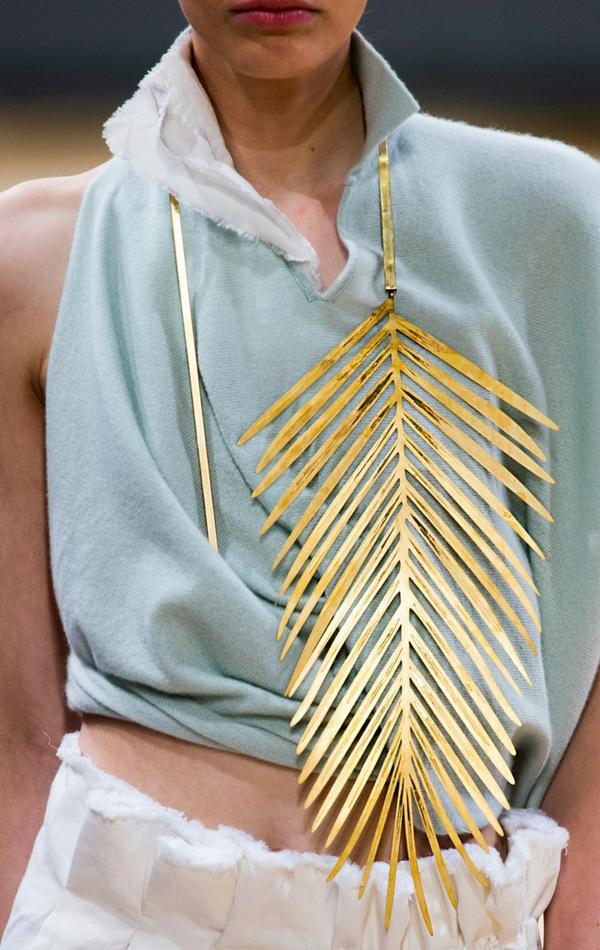 Złoty naszyjnik w kształcie pióra z pewnością przyciągnie wzrok!