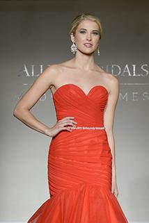 Robisz poprawiny i zastanawiasz się co założyć? Czerwona suknia jest zawsze dobrą opcją!