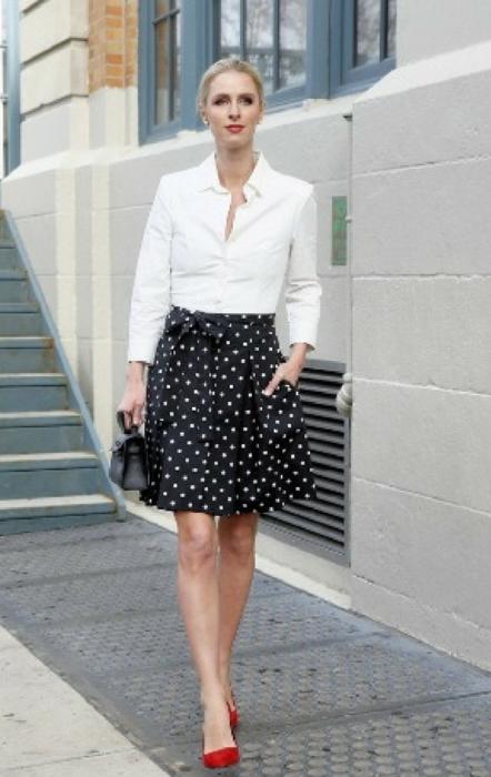 Klasyczna biała koszula zestawiona z rozkloszowaną spódnicą w grochy zawsze będzie wyglądać elegancko