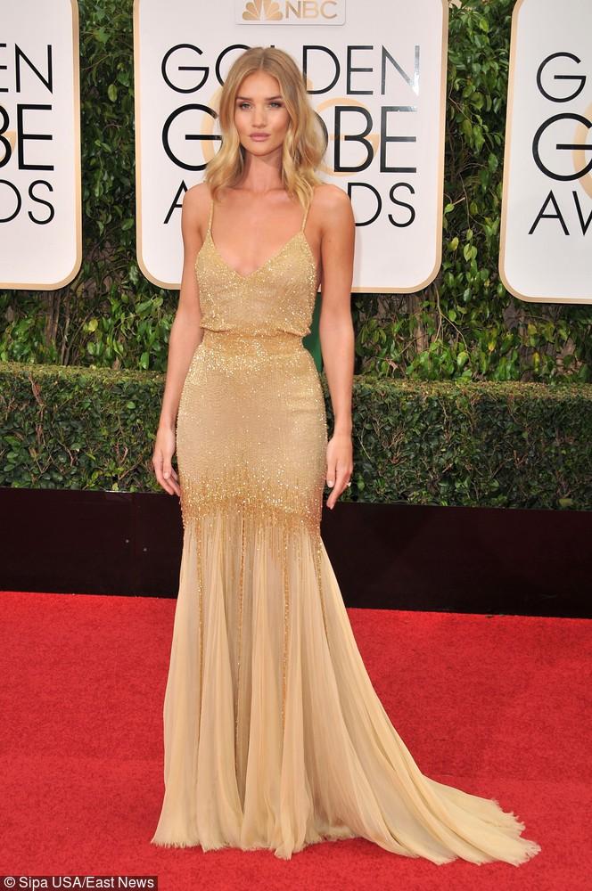 Rosie Huntington-Whiteley pojawiła się w pięknej, podkreślającej figurę kreacji od Versace