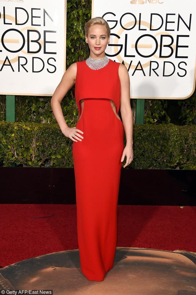 Aktorka Jennifer Lawrence postawiła na elegancką czerwoną sukienkę z wycięciami