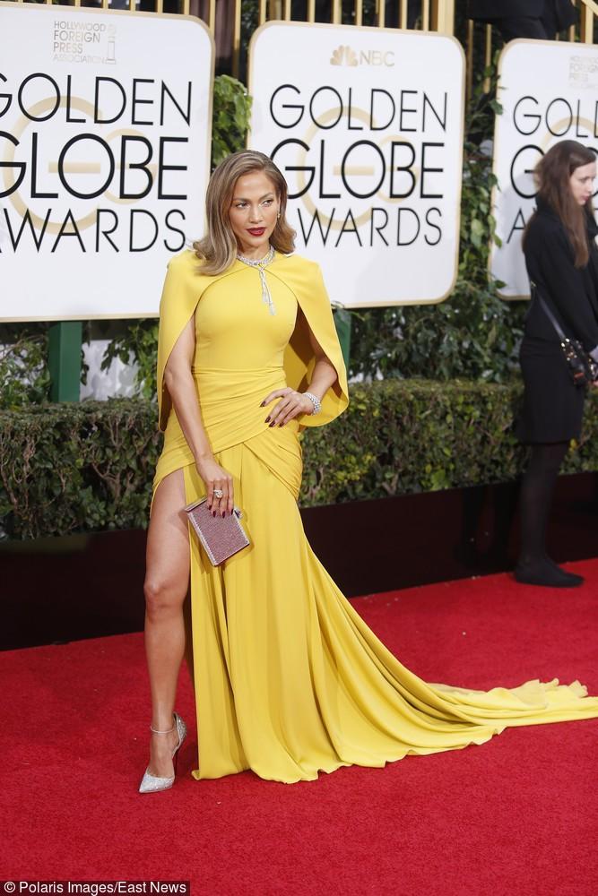 Jennifer Lopez zdecydowała się na długą zjawiskową suknię w żółtym kolorze