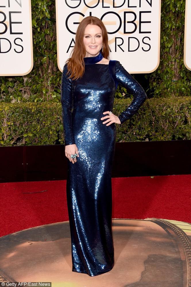 Połyskująca, przylegająca do ciała sukienka podkreśliła figurę Julianne Moore