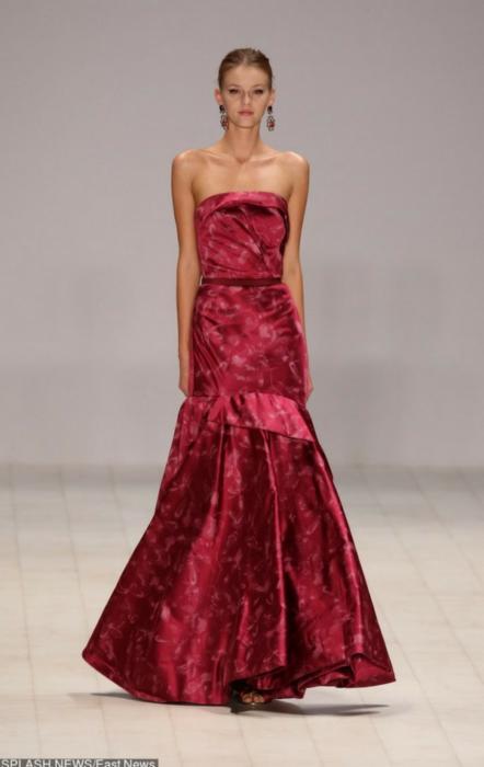 Ciemnoróżowa suknia z rozkloszowanym dołem